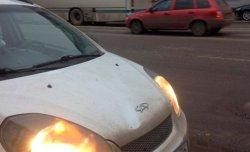 Хулиганы в центре Воронежа повредили автомобиль, бросая в него сильно замер ...